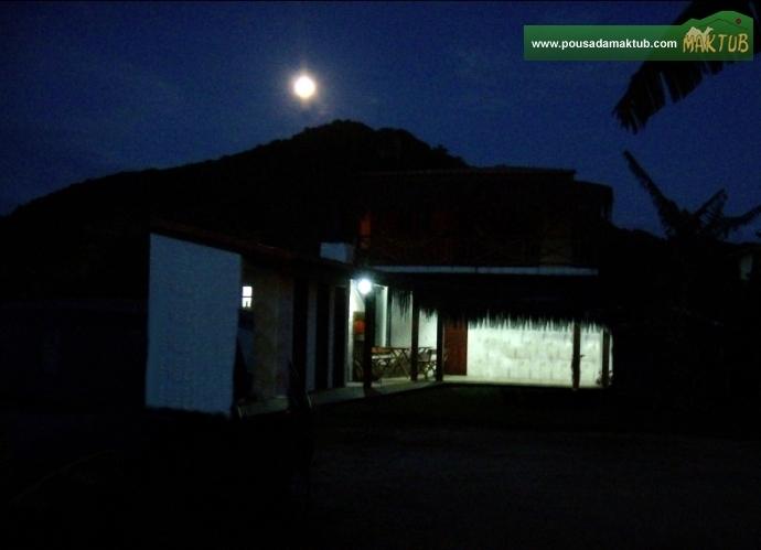 Lua surgindo no pico do Morro do Urubu